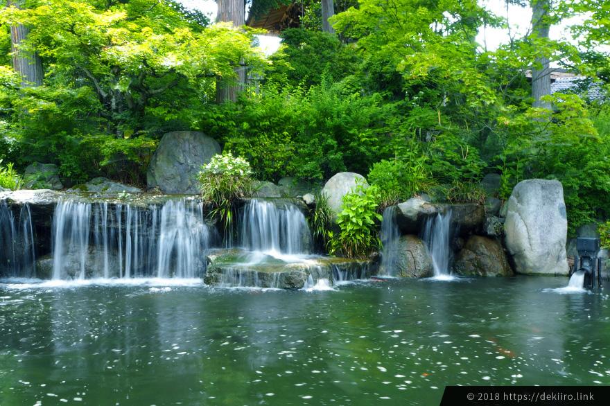 庭園内の滝