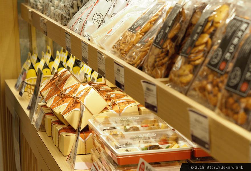 すずめの店内には、お餅・お煎餅の他、地元の食材を使ったお弁当が数多く揃う