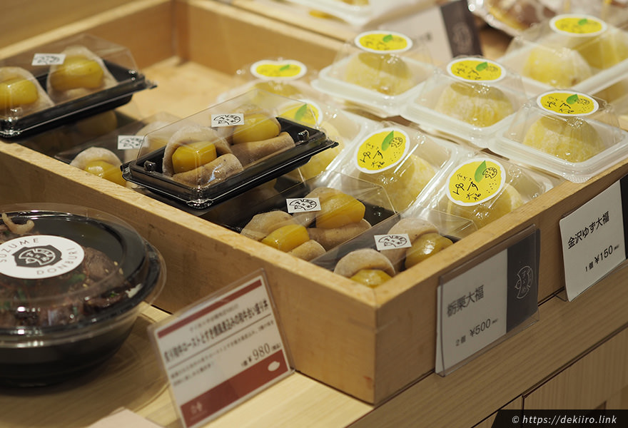 店頭に並ぶ季節の和菓子