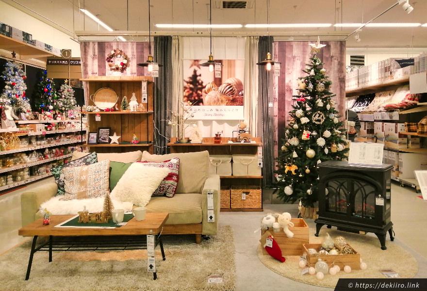 2019年ニトリのクリスマスツリーの飾り付け、店内の様子
