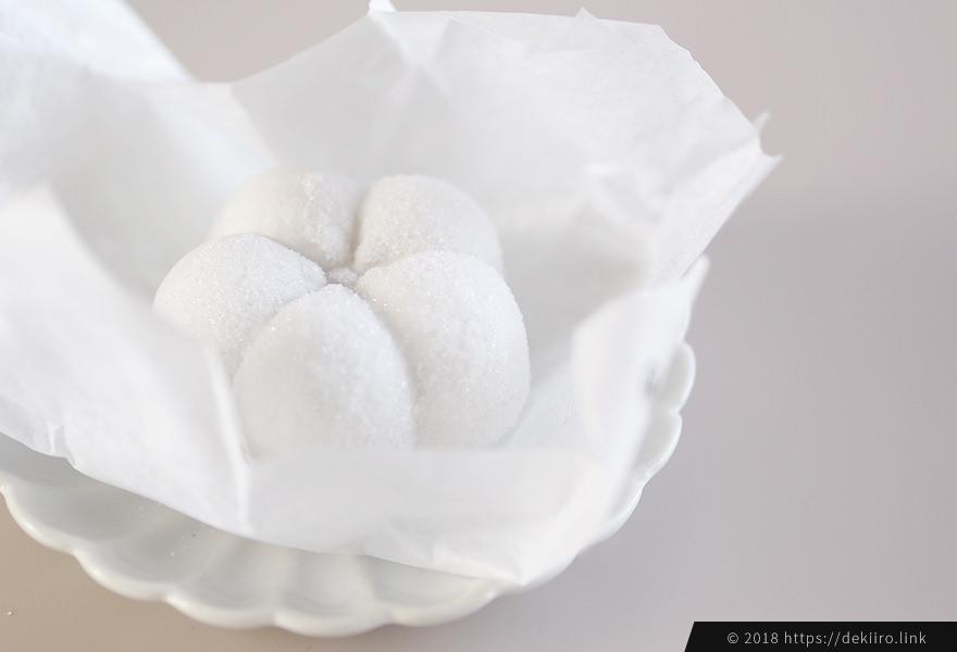 形の美しい真っ白な梅の形をした最中