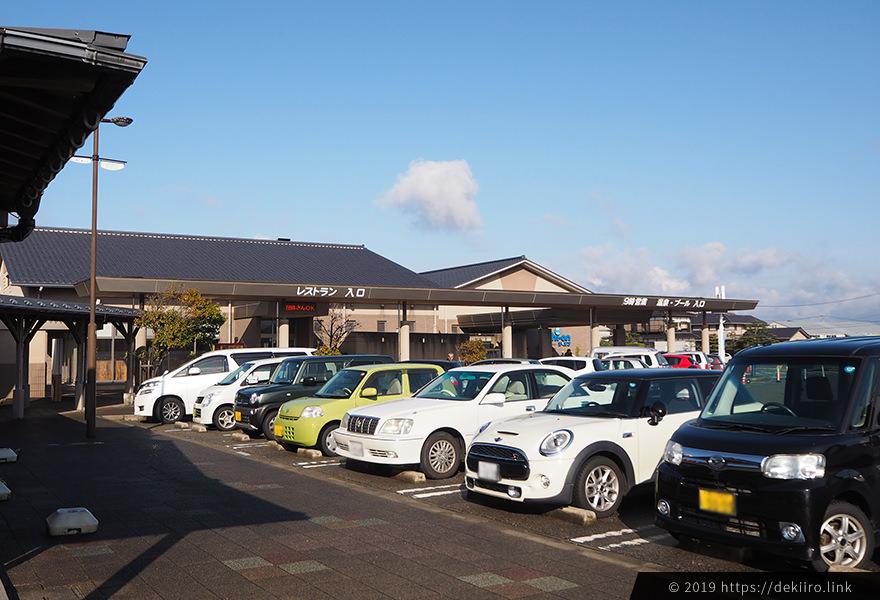 道の駅志賀町の「旬菜館」前の駐車場はすでに満車。