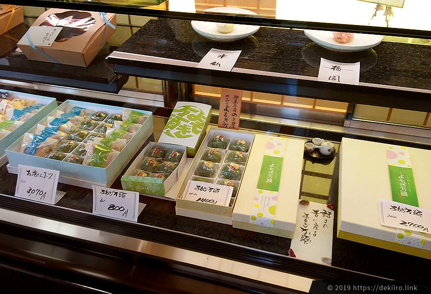 和菓子が並んだショーケース