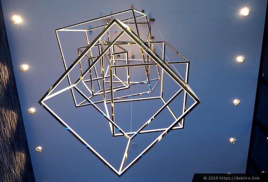 天井を見上げるとオシャレなシャンデリア