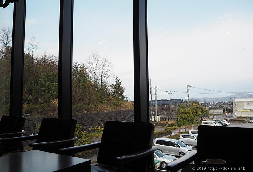 ソファ席から見える七尾市