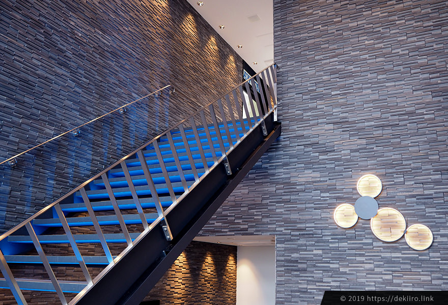 ブルーの照明が綺麗な階段