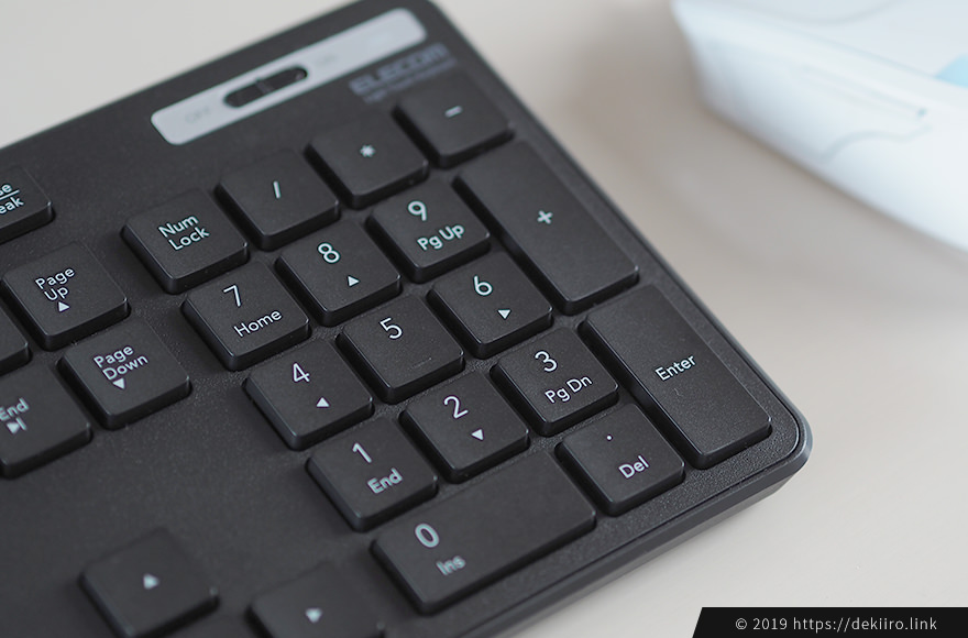 黒いキーボードはホコリが目立つ…