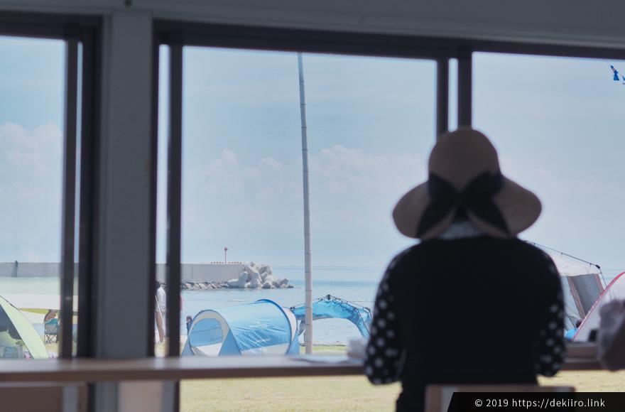 店内からは海を眺められる