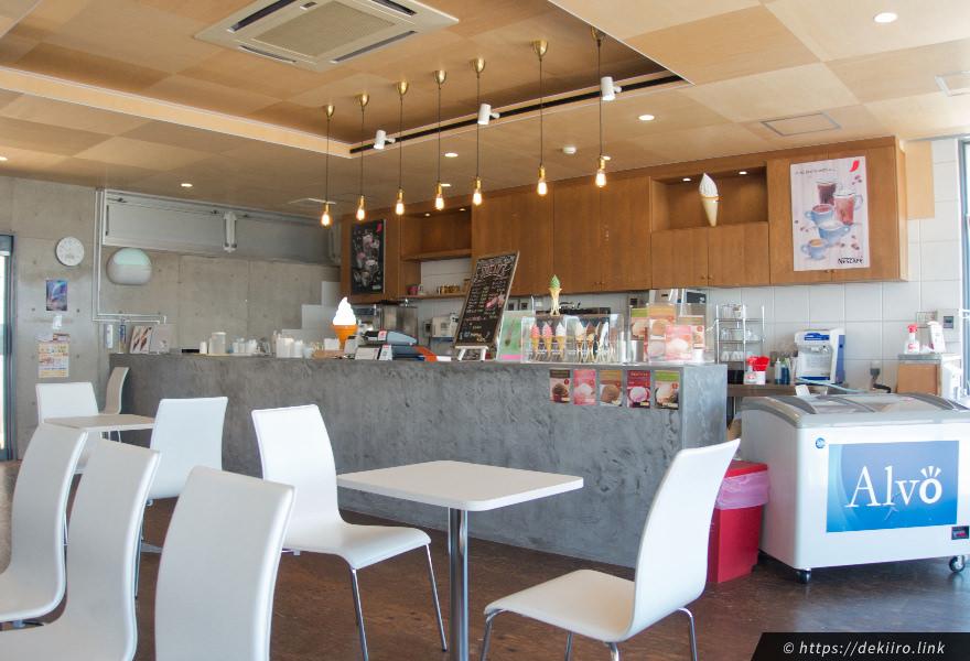 道の駅の裏側に併設されているカフェの店内